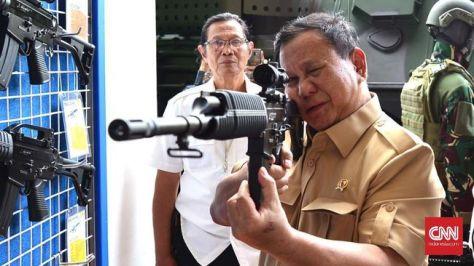 Menhan Prabowo Subianto berkunjung ke PT Pindad di Bandung, Jawa Barat, Rabu (06112019). (CNN)