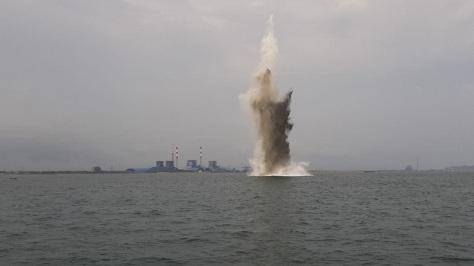 Ranjau laut di sekitar Pantai Menganti Kecamatan Kesugihan diledakan atau dinetralisir oleh TNI AL.