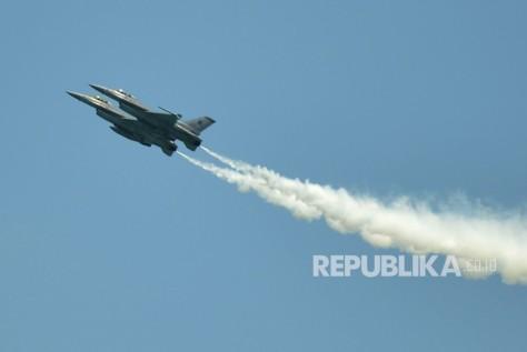 Dua pesawat tempur F-16C fighter milik Angkatan Udara Singapura melakukan atraksi pada Singapore Airshow 2018 di Changi, Singapura, Selasa (6/2).
