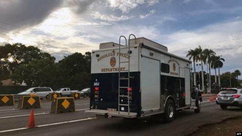Kendaraan kepolisian Honolulu tampak di Gerbang Nimitz, pintu masuk ke Galangan Kapal Angkatan Laut Pearl Harbor