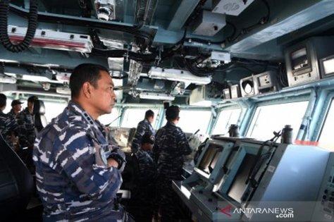 Komadan KRI Usman Harun-359 Kolonel Laut (P) Himawan mengamati radar di anjungan KRI Usman Harun