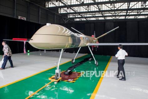 Pengunjung melihat Pesawat Udara Nir Awak (PUNA) jenis Medium Altitude Long Endurance (MALE) saat pengenalan perdana di hanggar PT Dirgantara Indonesia (Persero), Bandung, Jawa Barat, Senin (30/12/2019).