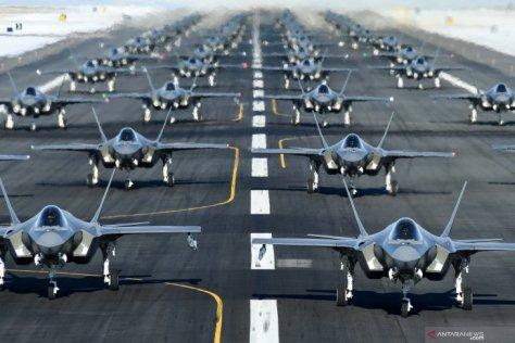 F-35A milik angkatan udara AS dari 388th and 428th Fighter Wings membentuk formasi elephant walk saat latihan di Hill Air Force Base, Utah, AS, Senin (06012020). (Antara)