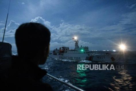 Kapal Coast Guard China-4301 membayangi KRI Usman Harun-359 saat melaksanakan patroli
