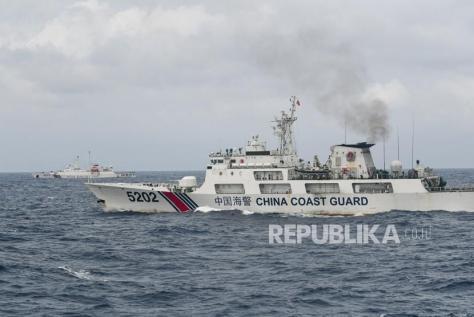 Kapal Coast Guard China-5202 dan Coast Guard China-4301 membayangi KRI Usman Harun-359 saat melaksanakan patroli