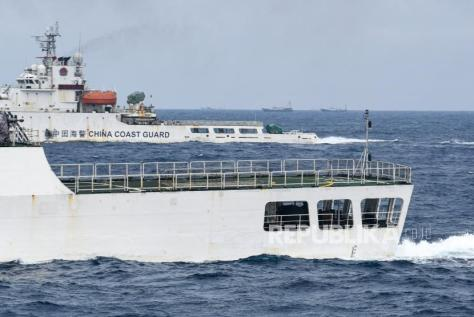 Kapal Coast Guard China-5202 dan Coast Guard China-5403 membayangi KRI Usman Harun-359 saat melaksanakan patroli