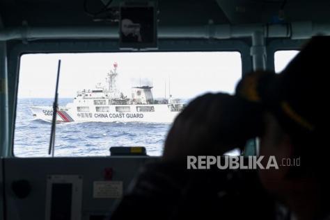 Kapal Coast Guard China-5202 membayangi KRI Usman Harun-359 saat melaksanakan patroli