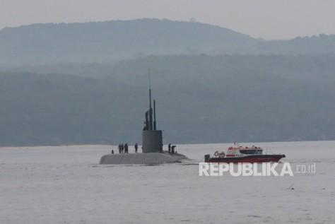 Kapal selam Alugoro melakukan uji coba di Selat Bali terlihat dari Banyuwangi, Jawa Timur, Selasa (21/1/2020).
