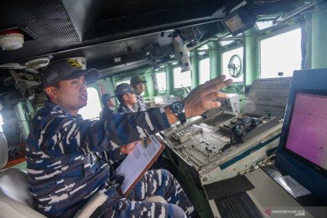Komandan KRI Teuku Umar-385 Letkol Laut (P) Bagus Cahya Utama (kiri) memberikan komando saat operasi siaga tempur laut Natuna 2020 di Laut Natuna