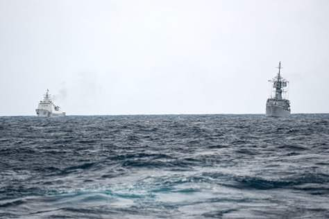 KRI Karel Satsuitubun-356 (kanan) dibayangi Kapal Coast Guard China (kiri) saat melaksanakan patroli di ZEE Indonesia Utara Pulau Natuna