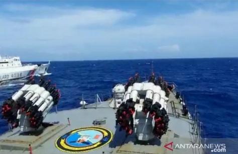 KRI Tjiptadi-381 usir kapal Coast Guard China yang tengah mengawal kapal-kapal ikan China yang melakukan pencurian ikan di Natuna Utara. (Koarmada I)