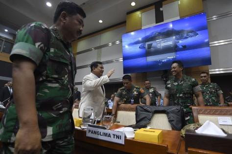 Menteri Pertahanan Prabowo Subianto bersiap mengikuti rapat kerja bersama Komisi I DPR di Kompleks Parlemen Senayan, Jakarta. (20022020) (Sindonews)