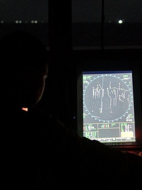 Perwira jaga KRI Usman Harun-359 mengamati radar navigasi saat melaksanakan patroli di ZEE Indonesia Utara Pulau Natuna