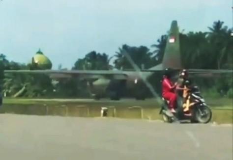 Pesawat Hercules C130 milik TNI AU mendarat darurat di bandara Exxon Mobil Poin A, yang berada di Lhoksukon. (RRI)