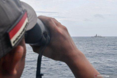 Prajurit KRI Teuku Umar-385 meneropong saat operasi siaga tempur laut Natuna 2020 di Laut Natuna
