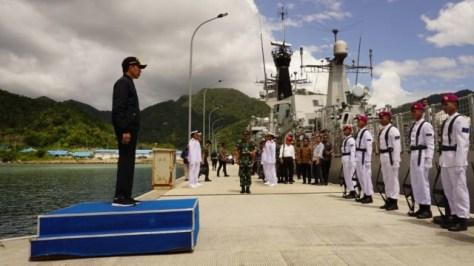 Presiden Joko Widodo saat berada diatas KRI Usman Harun di Natuna. (Kumparan)