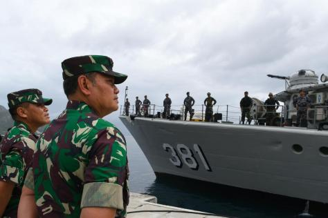 Sejunlah prajurit TNI saat mengikuti upacara Operasi Siaga Tempur Laut Natuna 2020 di Pelabuhan Pangkalan TNI AL Ranai. (03012020). (Antara) 3