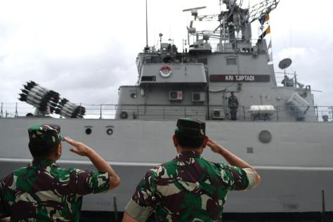 Sejunlah prajurit TNI saat mengikuti upacara Operasi Siaga Tempur Laut Natuna 2020 di Pelabuhan Pangkalan TNI AL Ranai. (03012020). (Antara) 4