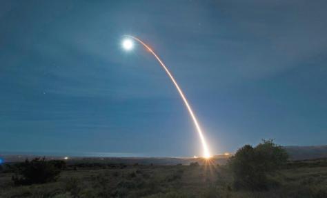 Misil Minuteman III melesat ke udara saat diluncurkan dari Pangkalan Angkatan Udara Vandenberg di California, AS, pada Rabu (5.2.2020) tengah malam. (AFP)