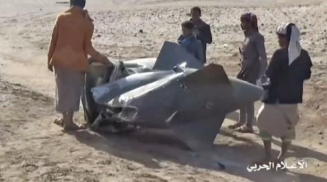 Rakyat Yaman berkumpul di sekitar puing-puing jet tempur Saudi Tornado menyusul serangan udara oleh pemberontak Houthi yang didukung Iran di Al-Jawf, Yaman utara. (AFP)