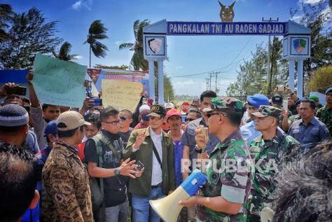 Sejumlah warga Natuna melakukan aksi unjuk rasa di depan gerbang pangkalan TNI Angkatan Udara Raden Sadjad, Ranai, Natuna, Kepulauan Riau, Sabtu, 1 Februari 2020