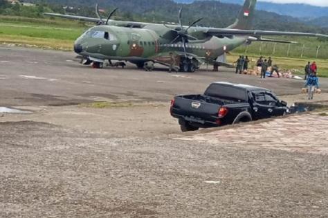 Pesawat CASA CN A-2909 milik TNI AU saat mendarat di Distrik Sembakon, Pegunungan Bintang, Senin (23032020). Omega Batkorumba